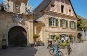 Weingut Holzapfel belebt historische Gutshof-Greisslerei im Prandtauerhof
